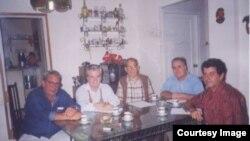 Gustavo Arcos(3 de izq. a derecho) con el diputado español Guillermo Gortazar y Raúl Rivero, Elizardo Sánchez y Oswaldo Payá