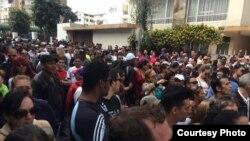 Cubanos reunidos a las puertas de la Embajada de México en Ecuador. Fotos enviadas por cubanos en el lugar.
