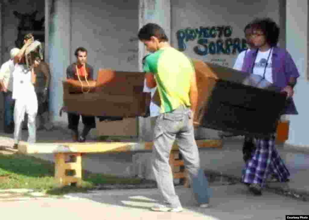 Artistas y sus colaboradores son obligados en 2009 a retirarse de la galería Fayad Jamís en La Habana.