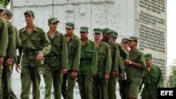 Jóvenes cubanos del servicio militar.