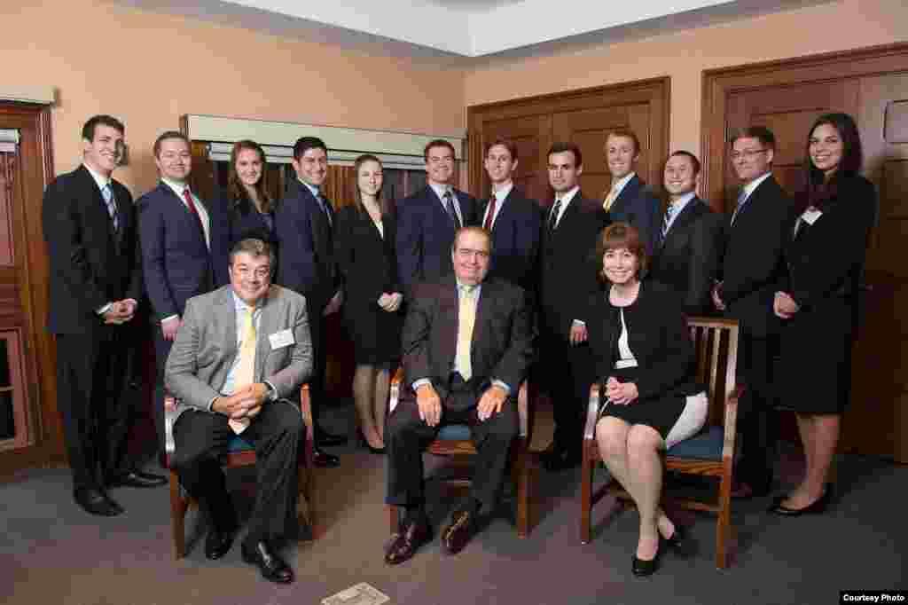 Adalberto Jordan (i) sentado junto al fallecido juez de la Corte Suprema (c) Antonin Scalia.
