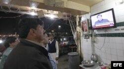 En Lahore, Pakistán, ciudadanos observan el discurso del Primer Ministro Raja Pervez Ashraf.