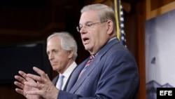 Bob Menendez (i) y su colega Bob Corker presentaron en el Senado el Proyecto de Ley de Revisión de Acuerdos Nucleares con Irán.