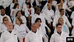 Un grupo de médicos extranjeros participa en un entrenamiento del programa Más Médicos en la Universidad de Brasilia.