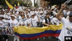 Archivo - Cientos de personas participan en Bogotá (Colombia), en una manifestación para expresar la solidaridad con el Gobierno y pueblo de Colombia por el rescate de los rehenes de las FARC y con las personas que aún están en poder de esta guerrilla.