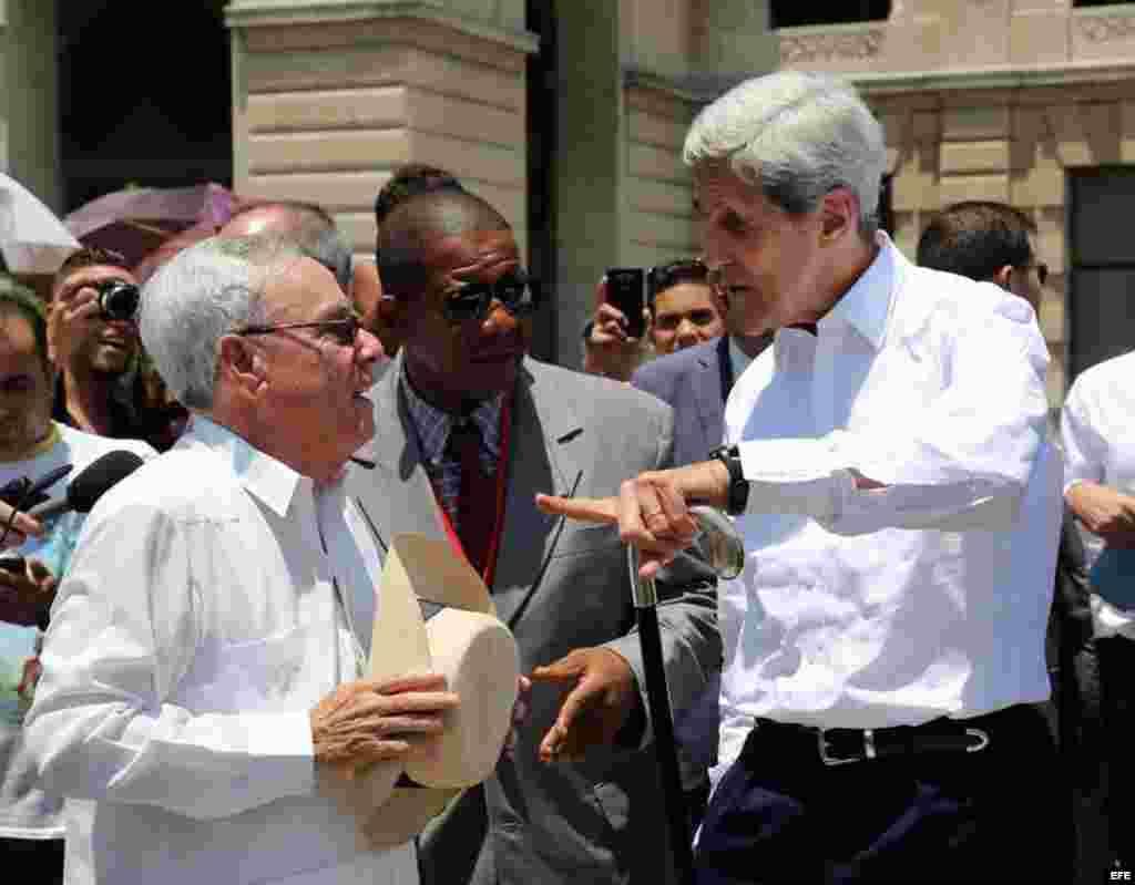 John Kerry (d) y Eusebio Leal (i) analizan el recorrido que ambos realizan por el centro histórico de La Habana (Cuba), el viernes, 14 de agosto de 2015.