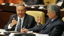 Raúl Castro (i), y el nuevo primer vicepresidente de la isla, Miguel Díaz-Canel (d), en la Asamblea Nacional del Poder Popular, en La Habana (Cuba).