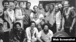 El grupo Irakere con Dizzy Gillespie (chaqueta a cuadros) y otros músicos estadounidenses.