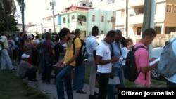 Reporta Cuba. Personas recogen planillas de solicitud de empleos en la Embajada de EEUU en Cuba. Foto: Ángel Moya.