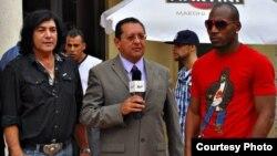 De izquierda a derecha el cantante cubano Adan Rey, Edemio Navas y el boxeador cubano Yuniesky González. Foto Jaime.
