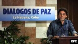 El comandante de las FARC-EP Pastor Alape lee en un comunicado hoy, miércoles 15 de abril de 2015, en el Palacio de Convenciones de La Habana (Cuba).