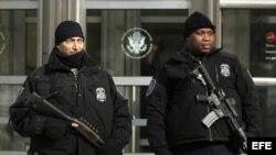 Oficiales de la Policía Federal permanecen en guardia en una Corte del Distrito Federal hoy, miércoles 25 de febrero de 2015, donde se encuentran tres hombres residentes de Nueva York que el FBI arrestó porque presuntamente planeaban unirse al Estado Islámico (EI) o perpetrar atentados terroristas en Estados Unidos, informaron fuentes oficiales.