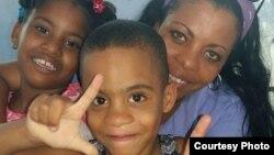 Jackeline Heredia Morales, junto a sus hijos, en una visita que le hicieran a prisión San José, La Habana. Cortesía Serafín Morán.