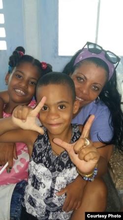 Jaqueline Heredia Morales, junto a sus hijos, en una visita que le hicieran a la prisión San José, La Habana. Cortesía Serafín Morán.