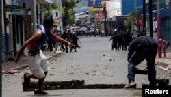 Manifestantes huyen de la represión policial en medio de los enfrentamientos en Monimbó (Reuters).