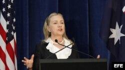 Hillary Clinton, habla durante la rueda de prensa en el Centro de Recepción Estatal, en el Kings Park de Perth, Australia.