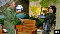 Foto Archivo: Octubre 2005, Diego Maradona (der) entrevistando al presidente de Cuba, Fidel Castro, quien recibió al futbolista en el edificio presidencial de La Habana.