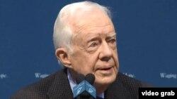 En conferencia de prensa, el expresidente Jimmy Carter informa que tiene cáncer en el cerebro.