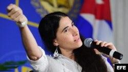 """La bloguera y disidente cubana Yoani Sánchez durante su intervención hoy, lunes 1 de abril de 2013, en la emblemática Torre de la Libertad de Miami, Florida, todo un icono del éxodo cubano en esta ciudad estadounidense, donde asegura sentirse """"como en Cub"""