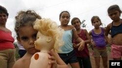 Varios niños juegan en La Palma, localidad de Pinar del Rio (Cuba)
