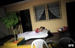 na mujer permanece a las afueras de su casa en la localidad de Nagarote, 30 kilómetros al occidente de Managua, debido a un sismo de magnitud 6,2 en la escala de Richter h