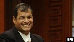 El presidente ecuatoriano, Rafael Correa (i), estrecha la mano de su homólogo turco, Abdullah Gül, durante la rueda de prensa celebrada en el palacio presidencial en Ankara (Turquía), hoy, jueves 15 de marzo de 2012, con motivo de su visita de tres días a