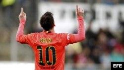 El delantero argentino del FC Barcelona Lionel Messi (i) celebra uno de sus goles ante el Eibar durante el partido de la vigésima séptima jornada de liga de Primera División, disputado el sábado en el estadio de Ipurua.