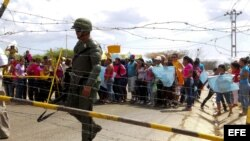 Familiares de presos de la cárcel de Uribana se manifiestan frente a miembros de la Guardia Nacional en los alrededores del penal , cerca a Barquisimeto, Estado Lara (Venezuela).