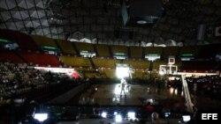 Vista general del escenario deportivo durante un apagón en el juego entre Paraguay y República Dominicana hoy, martes 3 de septiembre de 2013, por el torneo Premundial americano de baloncesto, en Caracas (Venezuela).