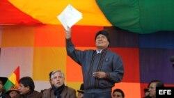 Fotografía cedida por la Agencia Boliviana de Información (ABI) que muestra al presidente de Bolivia, Evo Morales (c).