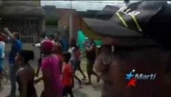 Cubanos en Turbo marchan hasta la oficina de Inmigración