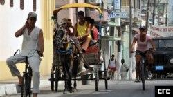 Vista de un bicitaxi por una calle de la ciudad de Santa Clara, en Villa Clara (Cuba).