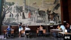 Varias personas son atendidas en una oficina municipal de trabajo. Los cubanos acuden a estas oficinas por información sobre el empleo privado.