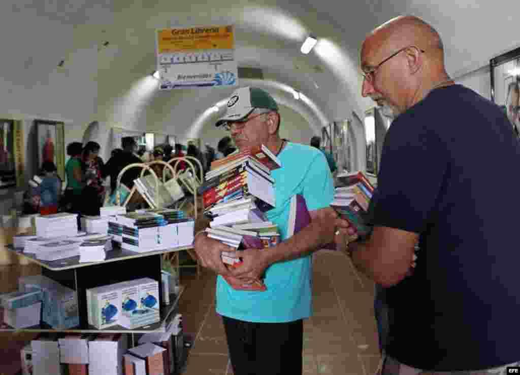 Compradores en la XXIV Feria del Libro de La Habana, algunos reportes indicaron aglomeraciones a la entrada de la Fortaleza de La Cabaña.
