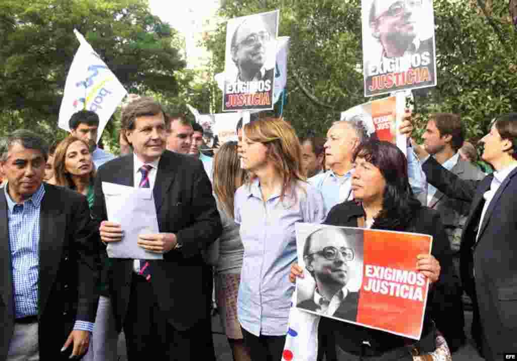El presidente de la Unión Demócrata Independiente (UDI), Patricio Melero (2 i), y la senadora Ena von Baer (c) participan en una manifestación frente a la embajada de Cuba en Santiago de Chile.