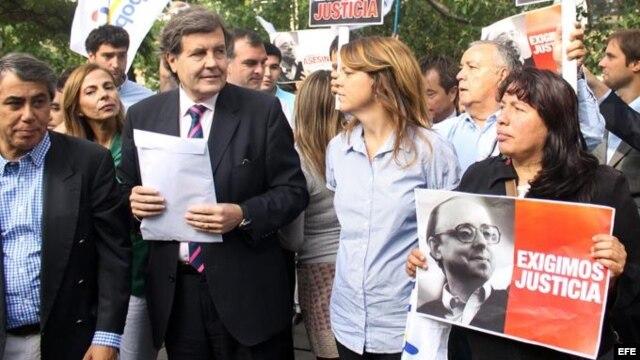 El presidente de la Unión Demócrata Independiente (UDI), Patricio Melero, y otros miembros del partido, reclaman justicia en el caso Guzmán frente a la embajada de Cuba en Santiago de Chile.