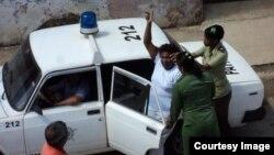 La detención de una integrante de las Damas de Blanco en agosto del 2013, en Matanzas, Cuba.