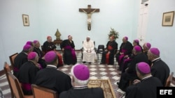 Fotografía facilitada por el Osservatore Romano hoy, 22 de septiembre, que muestra al papa Francisco (centro, de espaldas) durante una reunión con obispos en Santiago de Cuba ayer, 21 de septiembre de 2015.