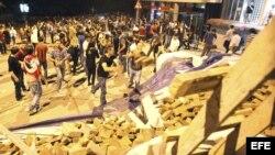 Manifestantes construyen una barricada con ladrillos y piedras en una calle en Estambul (Turquía) hoy, jueves 6 de junio de 2013. Turquía vive hoy con expectación la vuelta de su primer ministro, Reccep Tayyip Erdogan, de una gira por el Magreb, cuando el