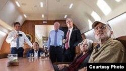 En el avión de regreso a casa Alan Gross ve por TV la noticia de su liberación el 17 de diciembre, día en que Washington y La Habana anunciaron el acercamiento entre ambos gobiernos.