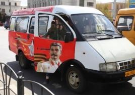 Una ruta privada de minibúses con imágenes de Stalin en la ciudad de Omsk, Siberia.