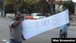Activistas protestan frente a la Fiscalía General de la República, en La Habana. Foto: Imagen de video, UNPACU.