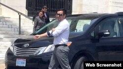 El expresidene Manuel Zelaya se dispone a abordar un auto diplomático venezolano