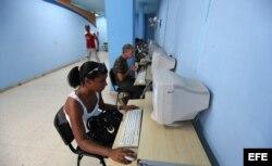 Cubanos acceden a Internet en una sala de navegación de ETECSA.
