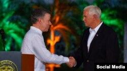 El vicepresidente Pence saluda al presidente colombiano Juan Manuel Santos.