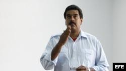 El presidente encargado de Venezuela, Nicolás Maduro, vota hoy, domingo 14 de abril de 2013, en Caracas (Venezuela).
