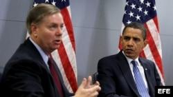 Fotografía de archivo del presidente Barack Obama (d) y del senador Lindsey Graham (i).