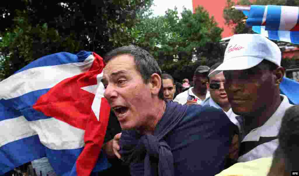 El periodista independiente Lázaro Yuri Valle Roca es detenido el 10 de diciembre de 2015, en La Habana (Cuba).