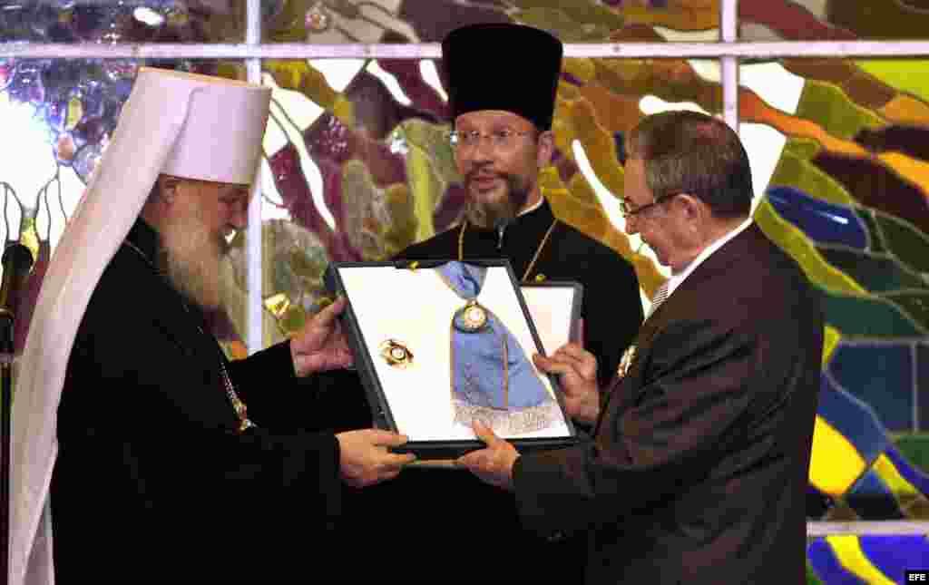 2008 - El Metropolita Kirill Gundjaev (i), condecora en La Habana a Raúl Castro.