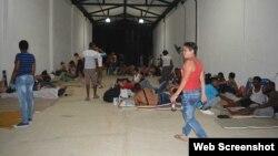 Migrantes cubanos en una bodega de Turbo que les sirve de albergue.